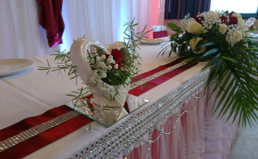 März beschert uns eine Hochzeit in bordeauxrot